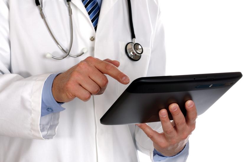 Medico con un tablet in mano